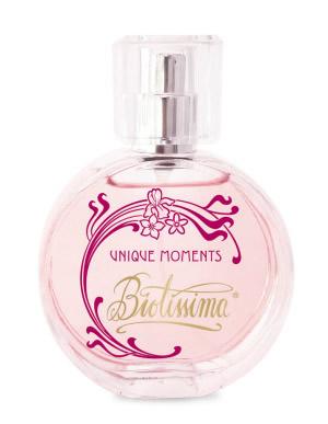 Un parfum elegant, energizant: apă de parfum Biotissima Unique Moments, 60 lei/50 ml, www.life-care.com. Note de vârf: coacăze negre și pară, la mijloc stânjenelm iasomie și floare de portocal, note de bază paciulim boabe de tonka, vanilie și praline