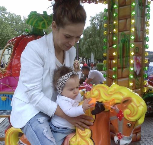 Cu mama pe căluțul rotitor