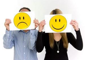 trauriger Mann, lachende Frau, Symbolbild unausgeglichene Partnerschaft - sad man, lucky woman