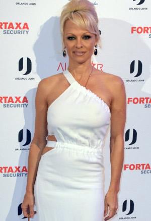 Pamela Anderson beucht Sandviken