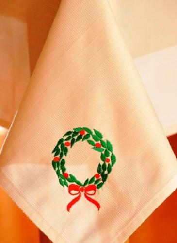 față de masă brodată cu motivul coroniței de Crăciun