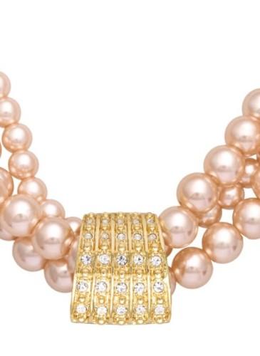 Colier Madeleine Pearl, Oriflame, 29.99 lei Colier cu trei şiruri de perle artificiale de culoare aurie şi pandantiv metalic auriu.
