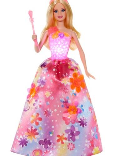"""Printesa Alexa, 150 lei. Păpușa Alexa este personajul principal din filmul """"Barbie și Ușa Secretă"""". Prin mișcarea florilor din partea superioară a rochiei, corsetul va străluci, însă marea surpriză este că Prințesa Alexa cântă, în premieră două melodii în limba română. se găsește în Hypermarketurile Cora, Carrefour, Auchan, Metro, Selgros, în Diverta, Smyk, Varuna, Zooperkids, E-mag și pe elefant.ro."""