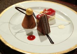 trio de Cassis Lemon Cheesecake, Chocolate Alliance Salted Caramel și Hazelnut Dacquoise