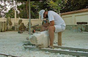 sculptorul Liviu-Adrian Sandu la lucru