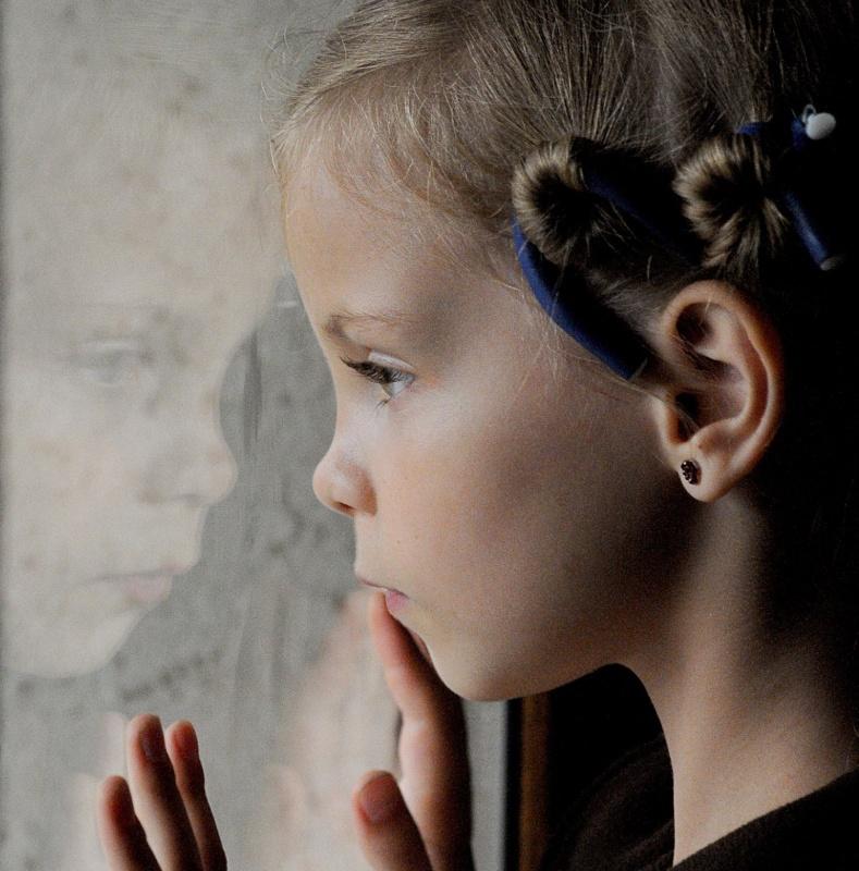 Măriuca la 7 ani. Privește pe geam, îngrijorată că ploaia ar putea să-i strice recitalul