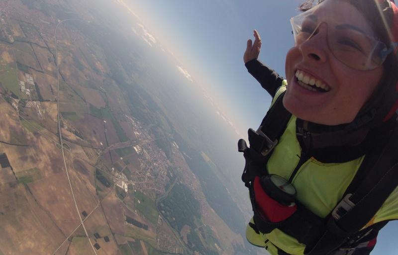 Ioana e pasionată de zbor, are brevet de pilot și face skydiving