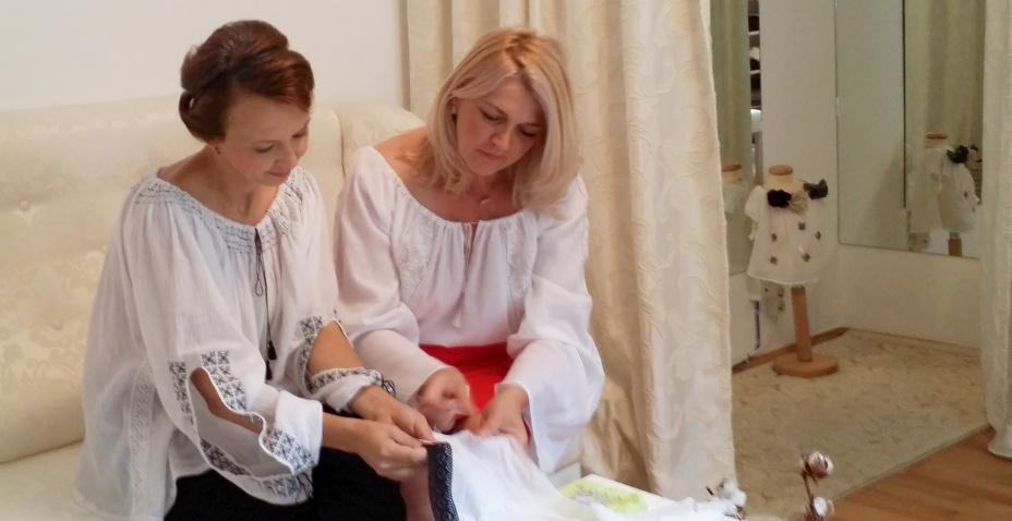 Vanessa Ressler (Gala Fashion) și Daniela Mandu (Făbricuța de ii, Cusut cu Ață Roz), pregătesc împreună ultimele detalii din noua colecție de ii