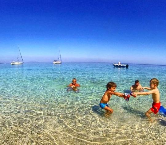 Au ancorat undeva în zona unei insule grecești unde după cum se vede distractia e in toi.