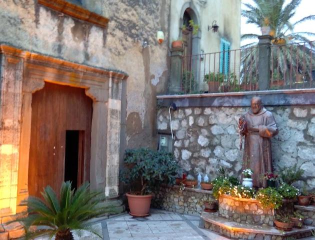 Forza D'Agro, intrare în Biserica S Francisco, sec XVI