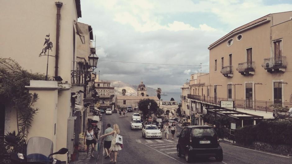 """Și așa m-a prins """"ora de aur"""" (dinaintea apusului) la pas, prin Taormina. Intr-o duminică seara, înaintea unei furtuni anunțate, când însă nimeni nu părea să țină cont de previziunile meteo sau să facă rabat la prezentarea serviciilor în cosmpolitul oraș."""