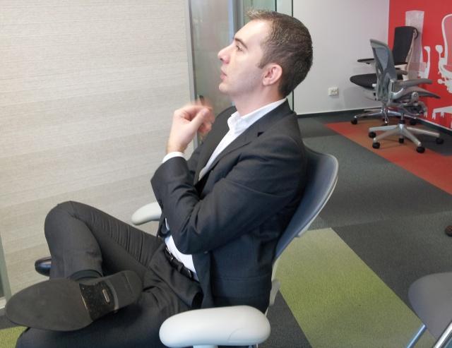 Horaţiu Didea, managing partner Workspace Studio Ergonomos, încercând confortul unui scaun Herman Miller