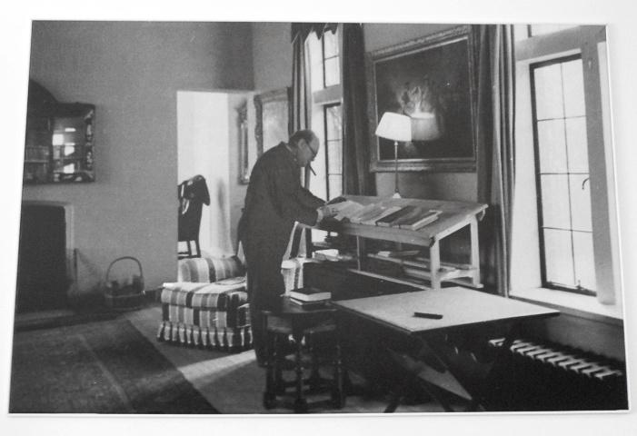 Winston Churchill, surprins la lucru la biroul lui înalt