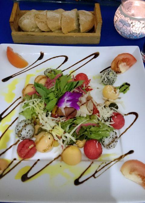 salata cu jamon, pepene si dragon fruit