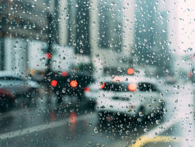 stăm în trafic și afară plouă