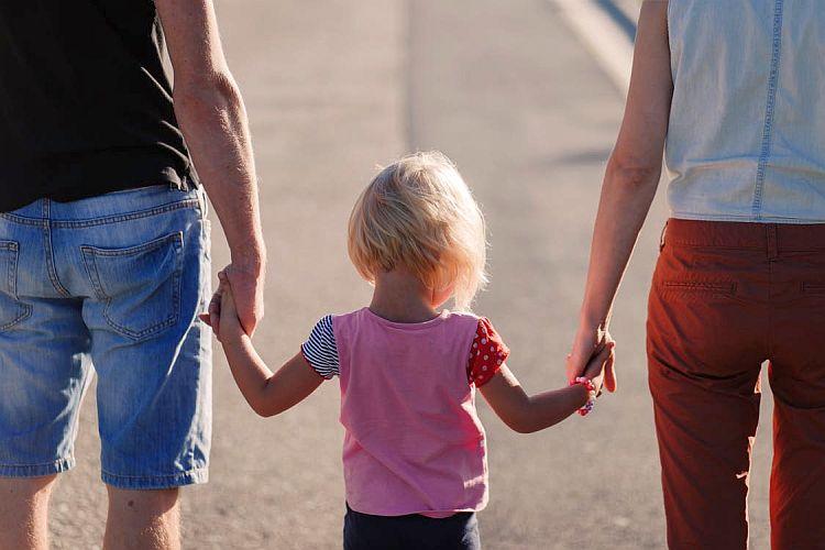 de ce mint părinții