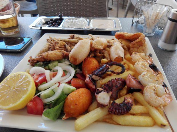fructe de mare la gratar cu cartofi prajiti si salata