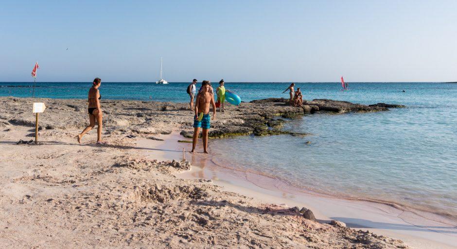 elafonisi, plaja cu nisip roz din insula Creta, Grecia