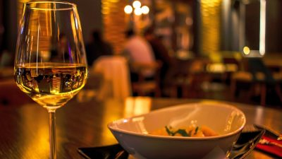 Cât de des mănâncă românii în oraș și ce preferă, conform studiilor