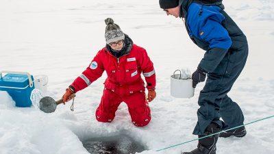 Claudia Bruhn conduce o echipă de cercetare marină în ghețurile Groenlandei