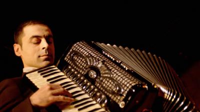 Emy Drăgoi, cel mai bun acordeonist al momentului, în spectacol de jazz manouche la București