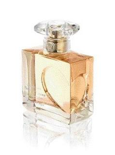 Apă de parfum Quelques Notes d'Amour, de la Yves Rocher: întâlnirea inedită dintre Trandafirul Damascena și Lemnul Gaiac, asociate cu senzualitatea extractului de tămâie.