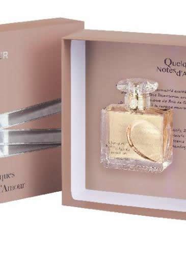Colecția Quelques Notes D'Amour, de la Yves Rocher: casetă cu apă de parfum 50 ml + apă de parfum 5 ml, 129 lei. Un parfum senzual, care îmbină esența de trandafir Damascena cu note fructate și lemn de gaiac, cu accente fumé, plus extract de smirnă.