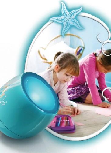 Lampă Philips Living Colors Micro Disney, prin atingerea şi glisarea pe banda de culoare de pe produs, se poate selecta una din cele 64 de culori diferite pentru luminile difuze din cameră sau locul de joacă. 150-200 lei, în Altex și eMag.