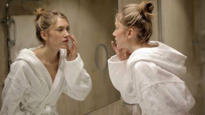 9 trucuri care te fac să pari mai tânără