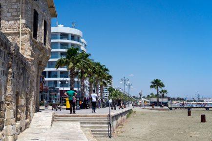 La plajă în Larnaca - plaja Finikoudes
