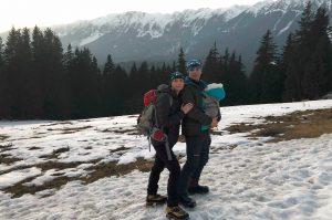 Cosmina Simiean cu bebelușul pe vârfuri montane