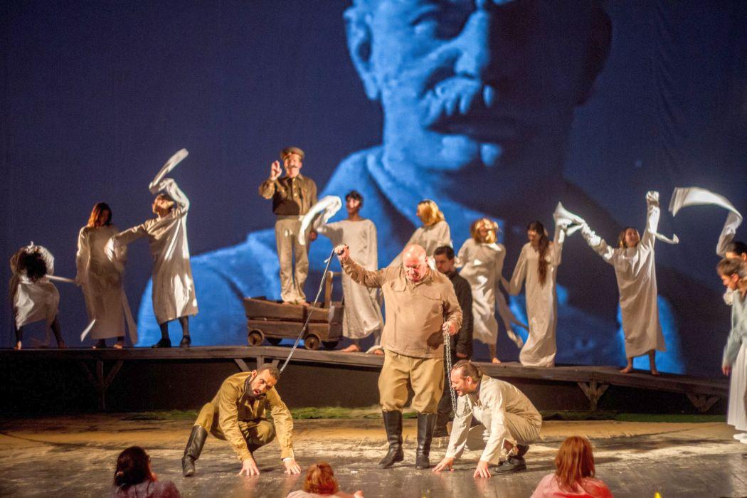 Dosarele Siberiei scenă din spectacol