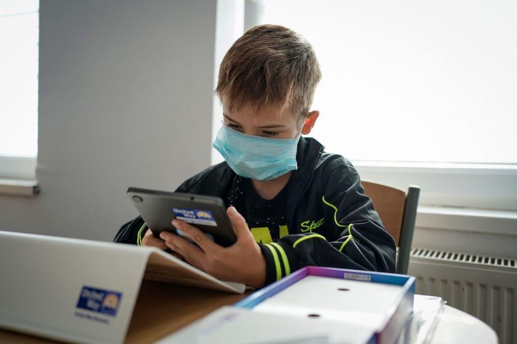United Way si compania 3 M ajută copiii din zone defavorizate cu tablete şi acces la internet