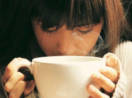 Efectele cafelei asupra performanțelor mentale pe termen lung