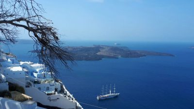 Insula Santorini, mai spectaculoasă decât crezi. De ce și când s-o vizitezi