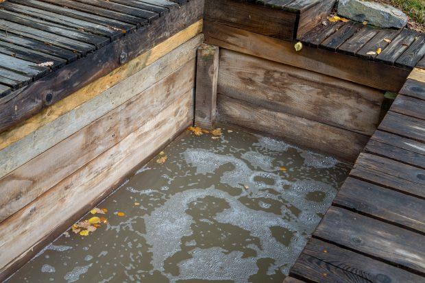 Bpile Apor - bazin din lemn cu apă minerală