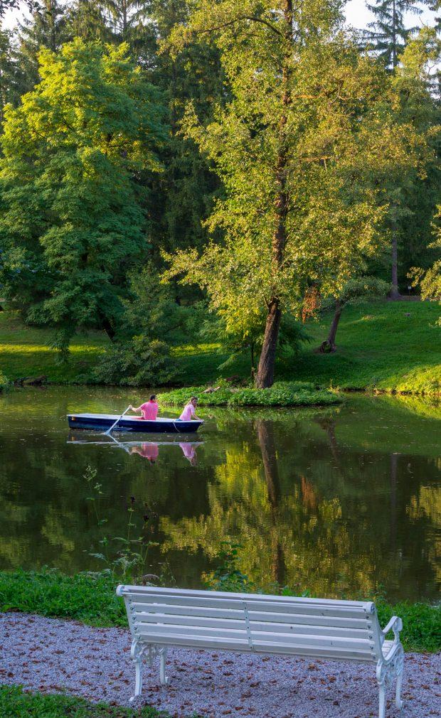 Cuplu in barca pe lacul de la Zabola Estate
